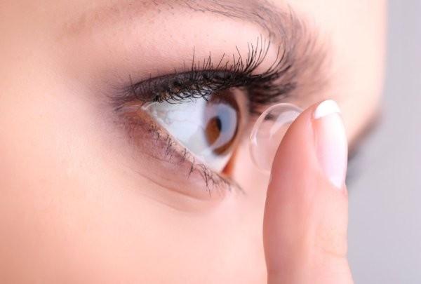 Sử dụng kính áp tròng như thế nào để an toàn nhất cho mắt?
