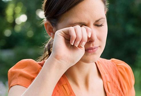 Cộm Mắt, Đau Rát, Nhiều Dử Mắt Dính – Có Thể Bạn Đang Bị Khô Mắt